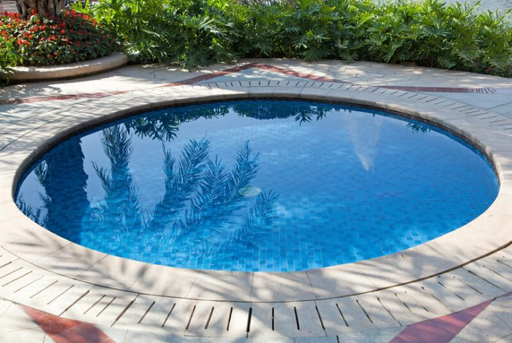 Shows an plunge pool or dip pool installed in a backyard.
